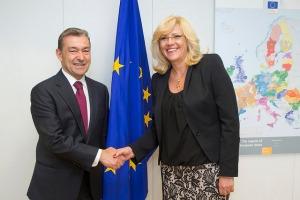 Con la comisaria de Política Regional de la UE